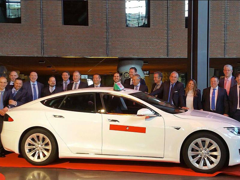 Flota Class Taxi Bilbao - Foto de Familia en la Presentación en Alhondiga de Bilbao del Modelo Tesla S 75 D de Class Taxi Mercedes Bilbao